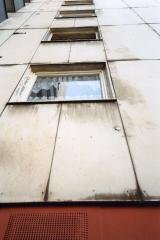Alte Asbestzementfassade mit starker Verschmutzung